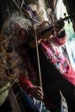 弹小提琴的无家可归的老人 免版税图库摄影