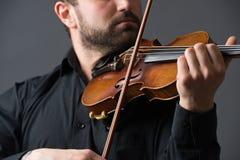 弹小提琴的音乐家人 在执行者的乐器 免版税图库摄影
