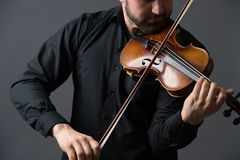 弹小提琴的音乐家人 在执行者的乐器 图库摄影