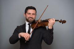弹小提琴的音乐家人 在执行者的乐器 免版税库存图片