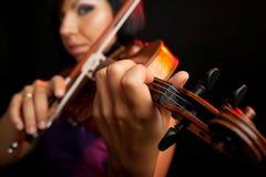 弹小提琴 库存图片