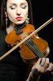 弹小提琴一个少妇的画象 图库摄影