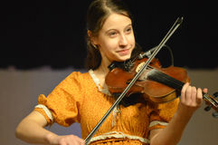 弹小提琴的女孩 免版税图库摄影