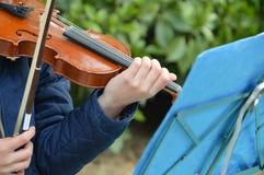 弹小提琴的女孩 图库摄影