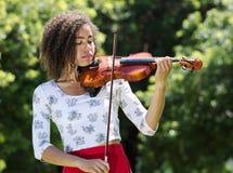 弹小提琴的妇女户外 免版税库存照片