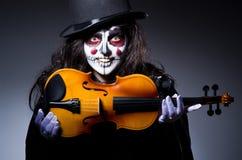 弹小提琴的妖怪 图库摄影