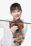 弹小提琴的少妇 库存照片
