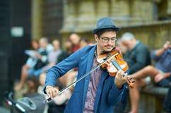 弹小提琴的街道艺术家 库存照片