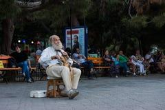 弹小提琴的街道音乐家 库存图片