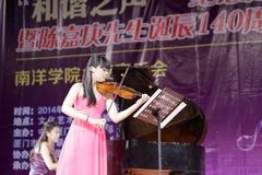 弹小提琴的音乐教师zhouxinyao 图库摄影