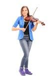 弹小提琴的年轻女性艺术家 免版税库存图片