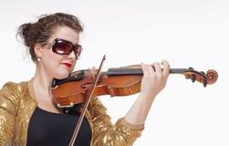 弹小提琴的年轻女性音乐家 免版税库存照片