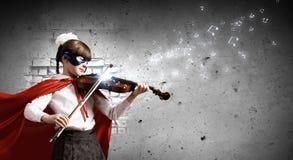 弹小提琴的Superkid 免版税库存照片