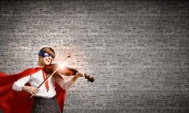 弹小提琴的Superkid 库存图片