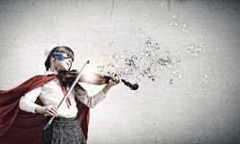 弹小提琴的Superkid 图库摄影