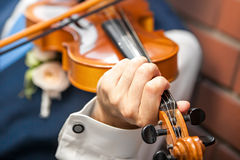 弹小提琴 免版税库存照片