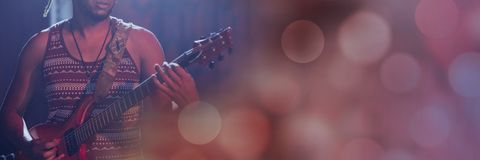弹有桃红色光的人电吉他 免版税库存照片
