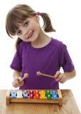 弹木琴的小女孩 库存图片
