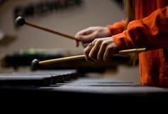 弹木琴的女孩的手 免版税库存图片