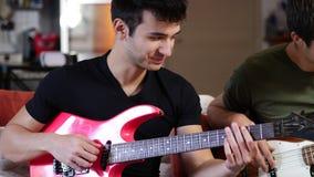 弹电吉他的年轻人 影视素材