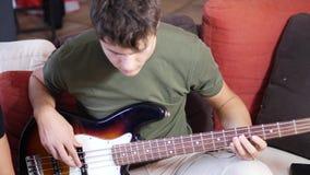 弹电吉他的年轻人 股票录像