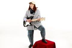 弹电吉他的滑稽的年长夫人 库存图片