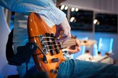 弹电子低音吉他 免版税库存照片