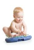 弹电子钢琴的可爱的婴孩 免版税库存图片