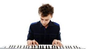 弹电子钢琴的少年 免版税库存图片