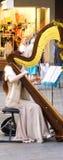 弹竖琴的女性街道执行者 图库摄影