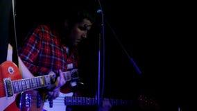 弹红色吉他的音乐家 影视素材