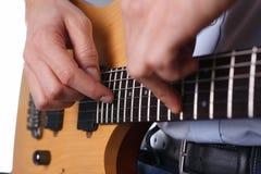 弹经典形状电吉他的男性胳膊 免版税库存图片