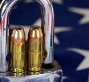 弹药和挂锁在美国旗子-开枪权利和枪枝管制概念 库存图片
