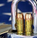 弹药和挂锁在美国旗子-开枪权利和枪枝管制概念 免版税图库摄影