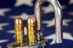 弹药和挂锁在美国旗子-开枪权利和枪枝管制概念 免版税库存图片