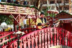 弹萨克斯管的人在圣诞节市场上 图库摄影