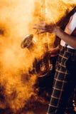 弹萨克斯管的传神年轻音乐家播种的射击  库存图片