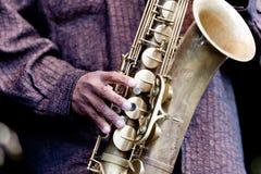 弹萨克斯管的爵士乐音乐家 免版税库存图片
