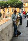 弹萨克斯管的街道音乐家在罗马,意大利 图库摄影