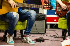 弹被放大的声学吉他的人 免版税图库摄影