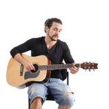 弹西班牙吉他的年轻人 库存图片