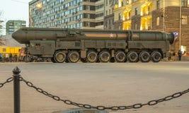 弹道洲际的m导弹topol 军事游行(在晚上),莫斯科,俄罗斯排练(2015 5月04日) 库存照片