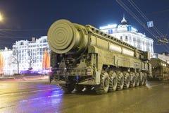 弹道洲际的m导弹topol 军事游行(在晚上),莫斯科,俄罗斯排练(2015 5月04日) 免版税库存照片
