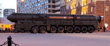 弹道洲际的m导弹topol 军事游行(在晚上),莫斯科,俄罗斯排练(2015 5月04日) 库存图片