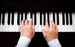 弹钢琴的人手 古典音乐 艺术和抽象背景 库存照片