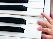 弹钢琴的孩子 库存图片