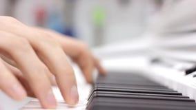 弹钢琴的音乐执行者` s手的特写镜头 影视素材