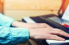 弹钢琴,人` s手,古典音乐,键盘,合成器,钢琴演奏家的音乐执行者` s手的特写镜头 免版税图库摄影
