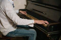 弹钢琴的一个人的照片的关闭 库存照片