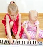 弹钢琴的孩子 免版税库存图片